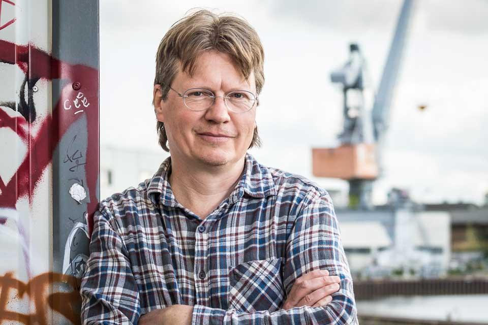 Burkhard Wetekam vor einem Verladekran im Lindener Hafen