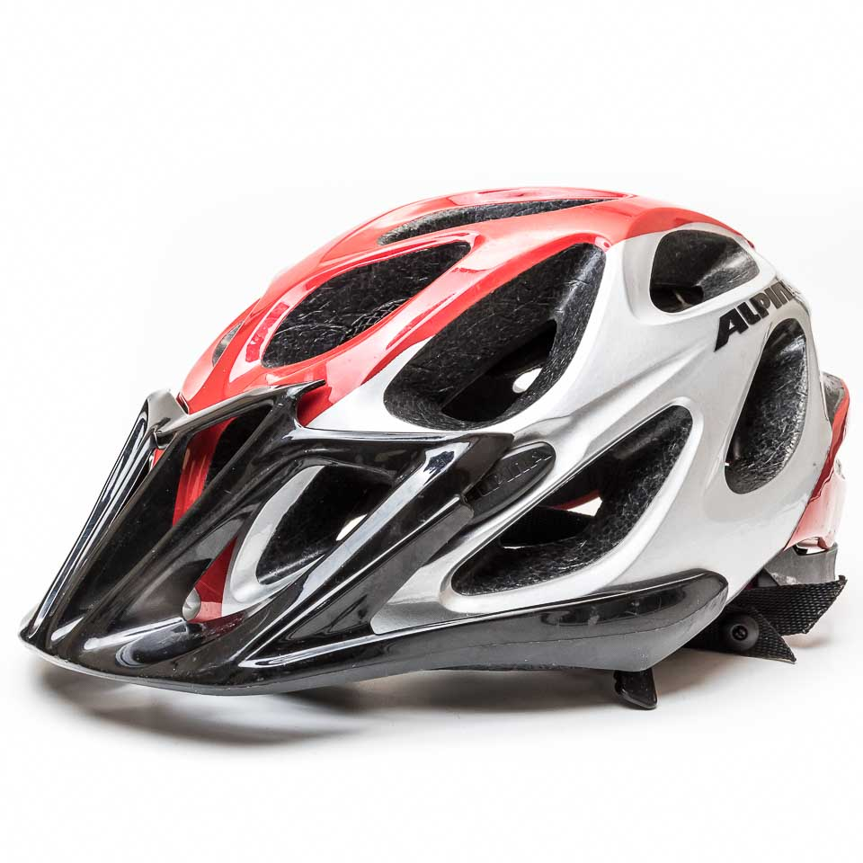 sportlicher Fahrradhelm in rot und silbergrau