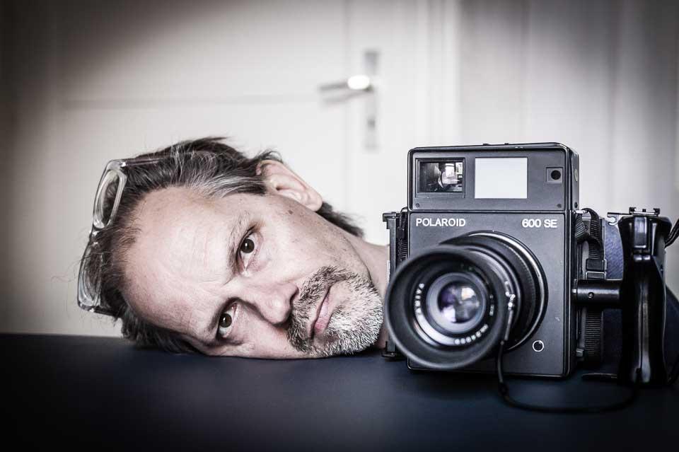 Werner Musterer Selbstportrait mit Polaroidkamera