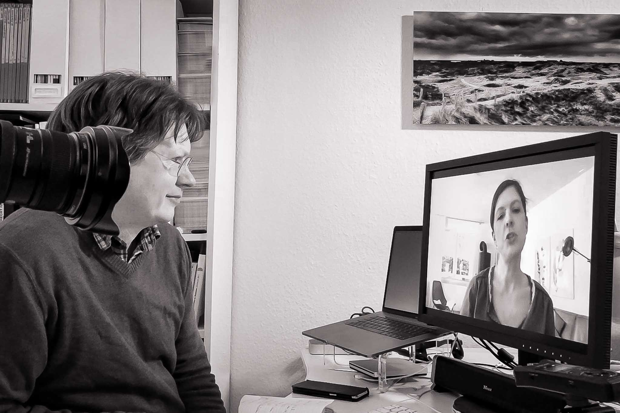 Burkhard vor dem Bildschirm in der Videokonferenz mit Julia