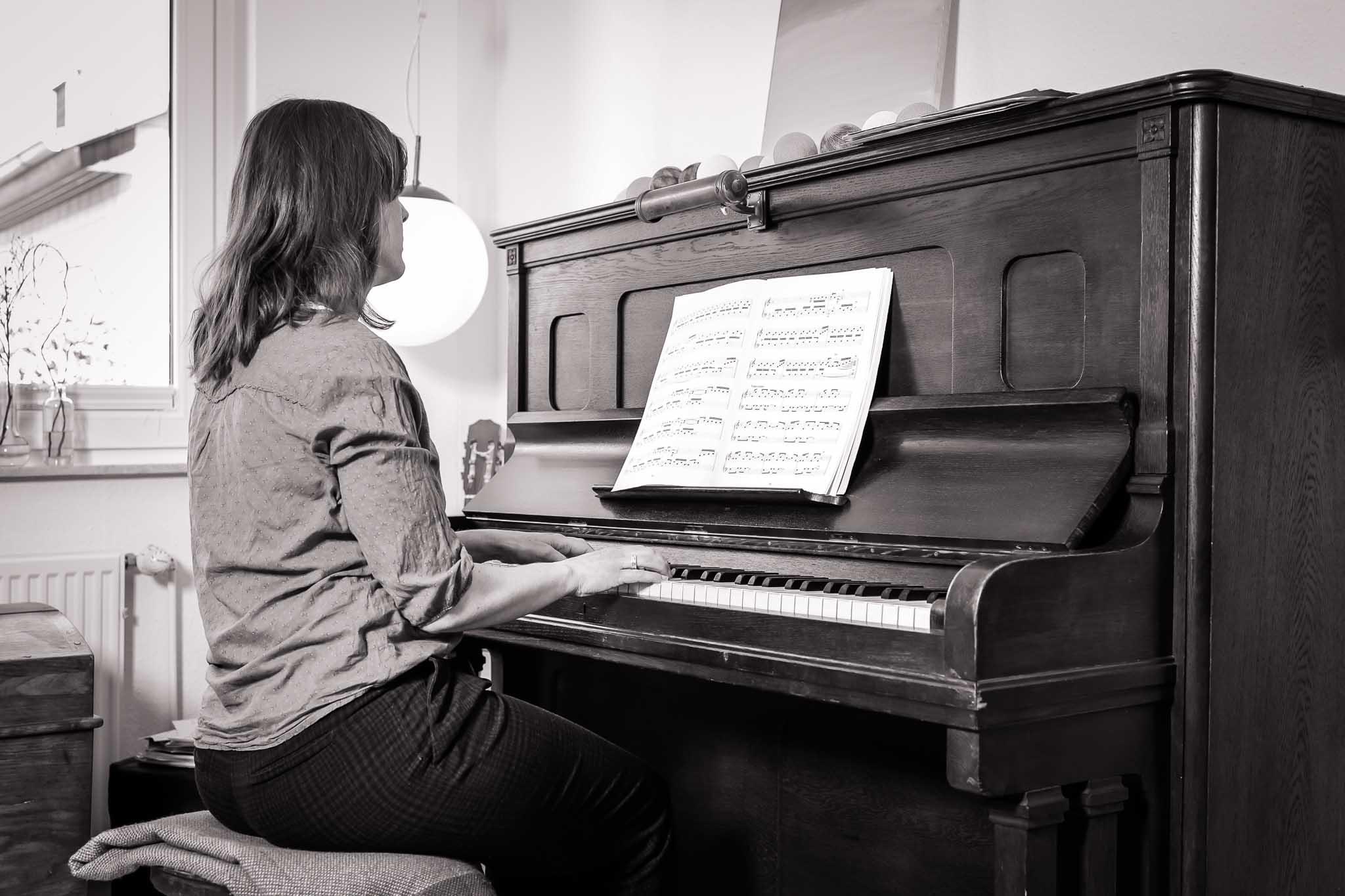 Julia spielt auf dem Klavier