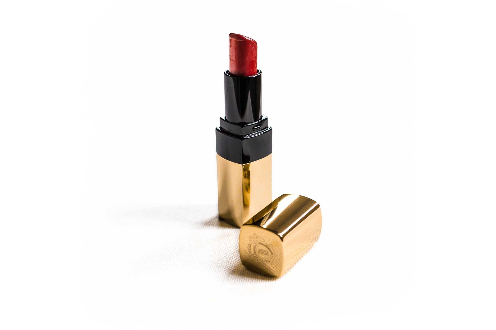 Dunkelroter Lippenstift in goldfarbenem Gehäuse