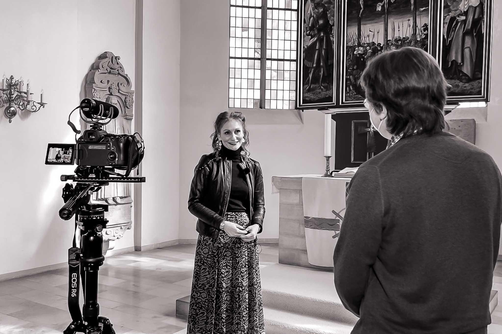 Burkhard interviewt Simone in der Kreuzkirche