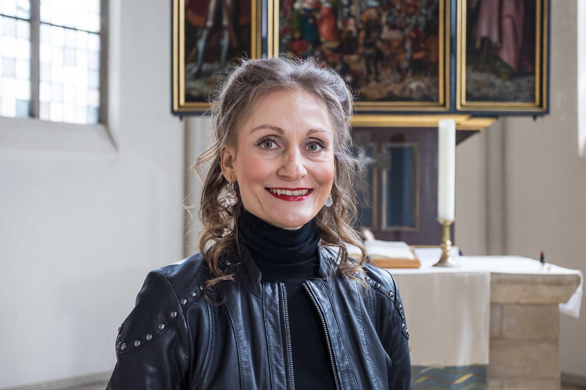 Portrait Simone vorm Altar