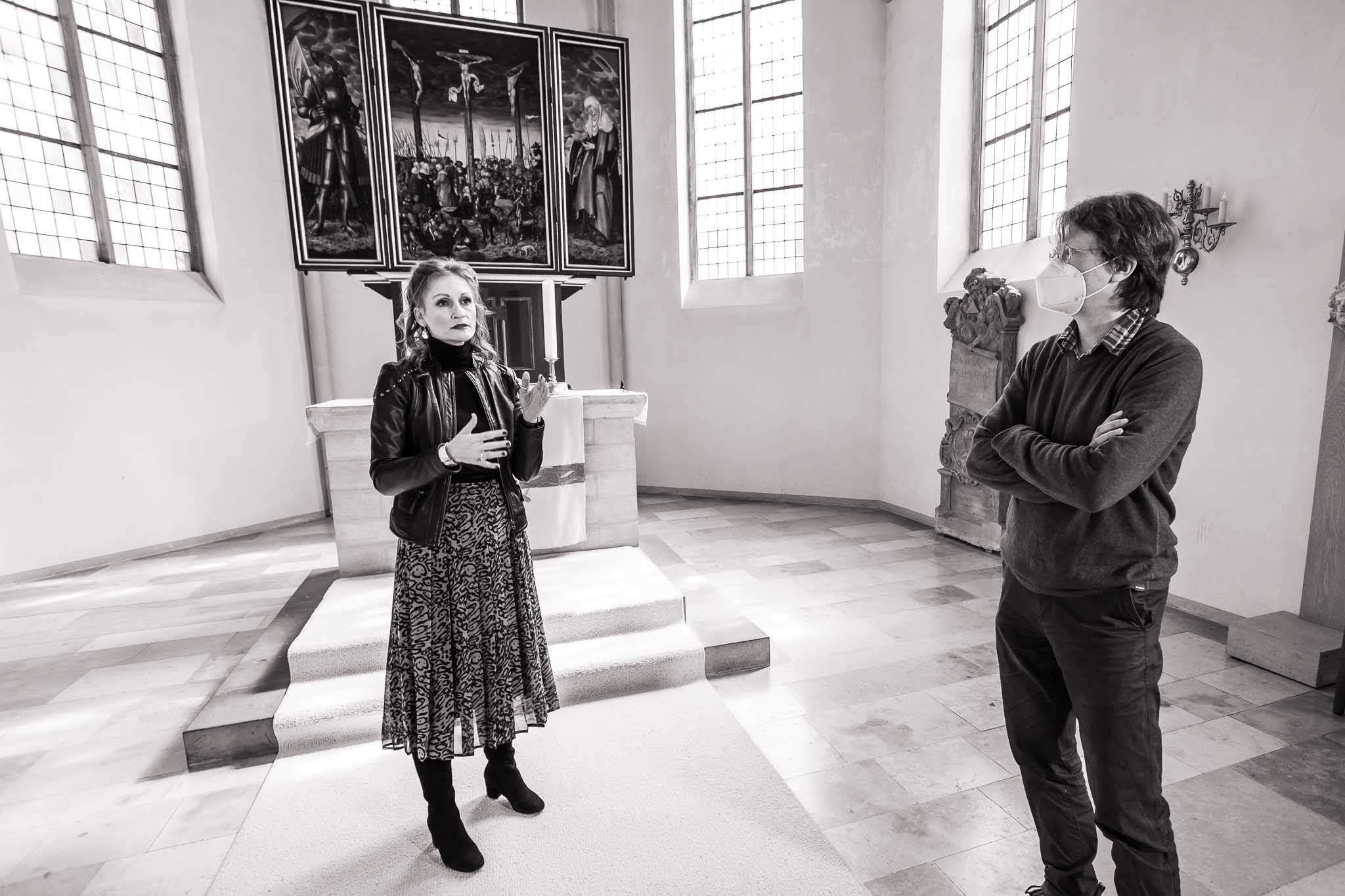 Simone und Burkhard vorm Altar der Kreuzkirche