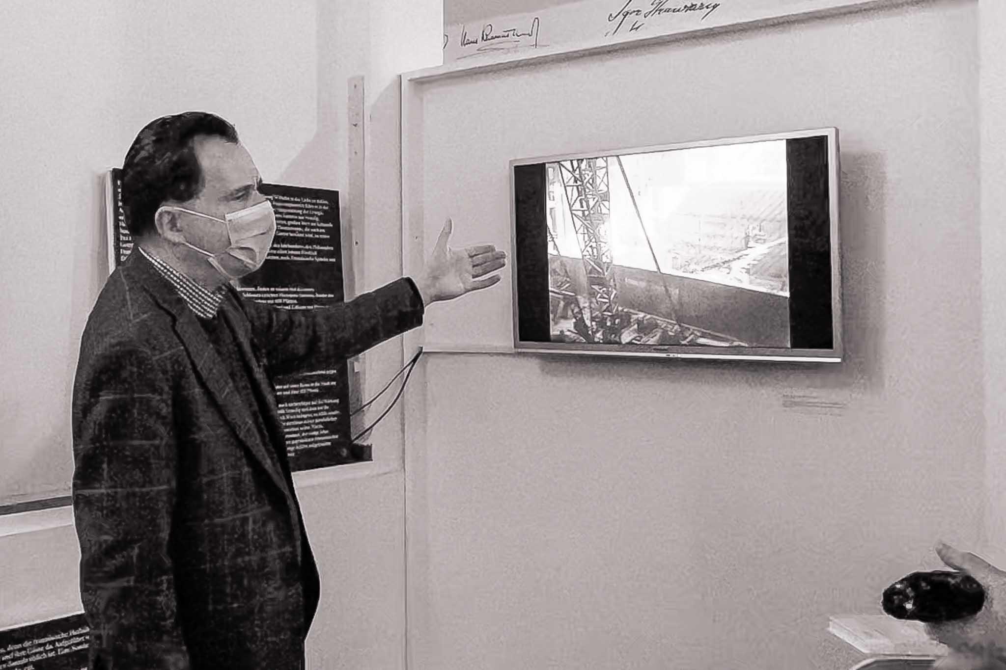 Carsten vor einem Monitor