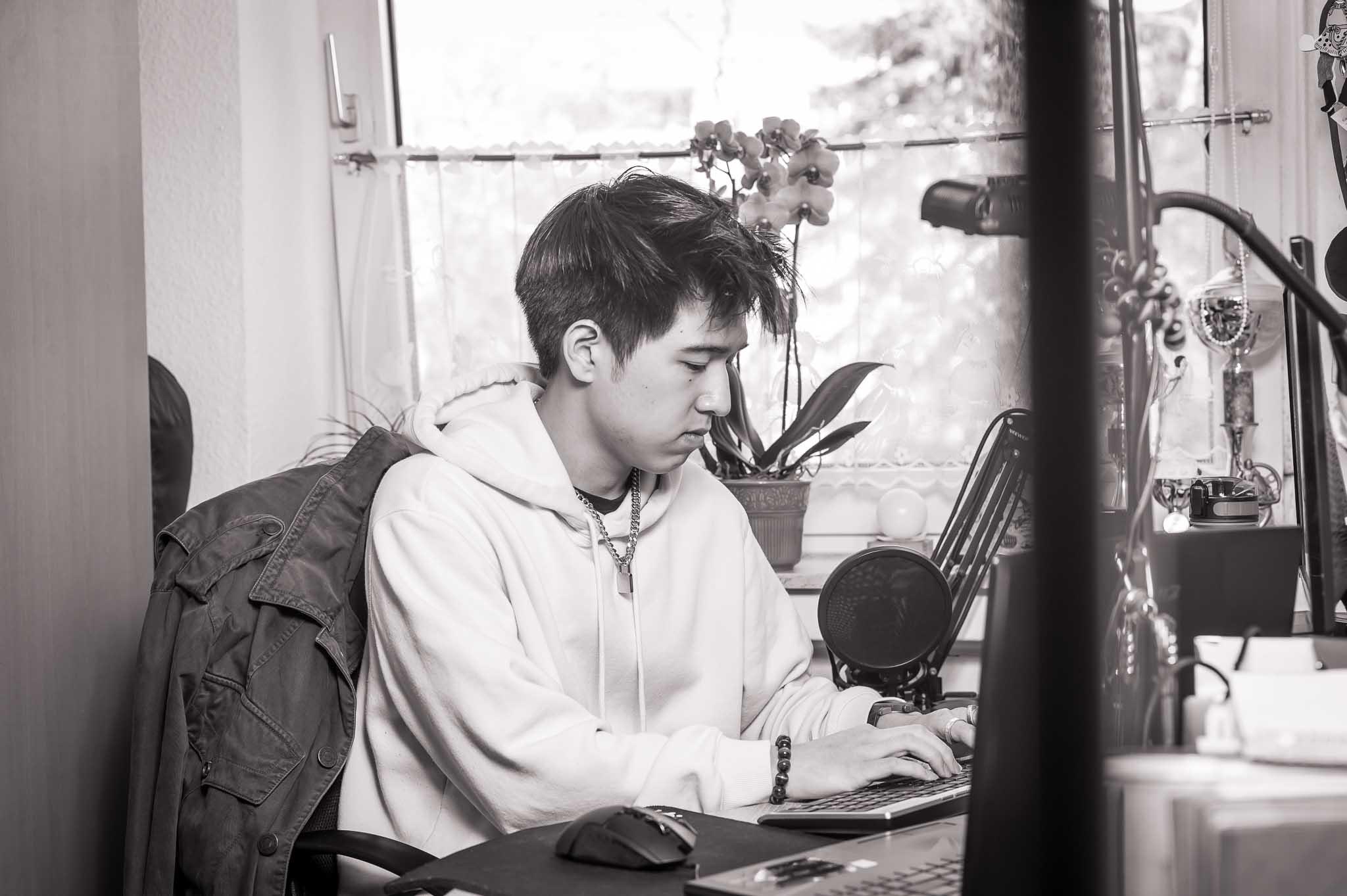 Kevin in konzentrierter Arbeit an seinem Schreibtisch