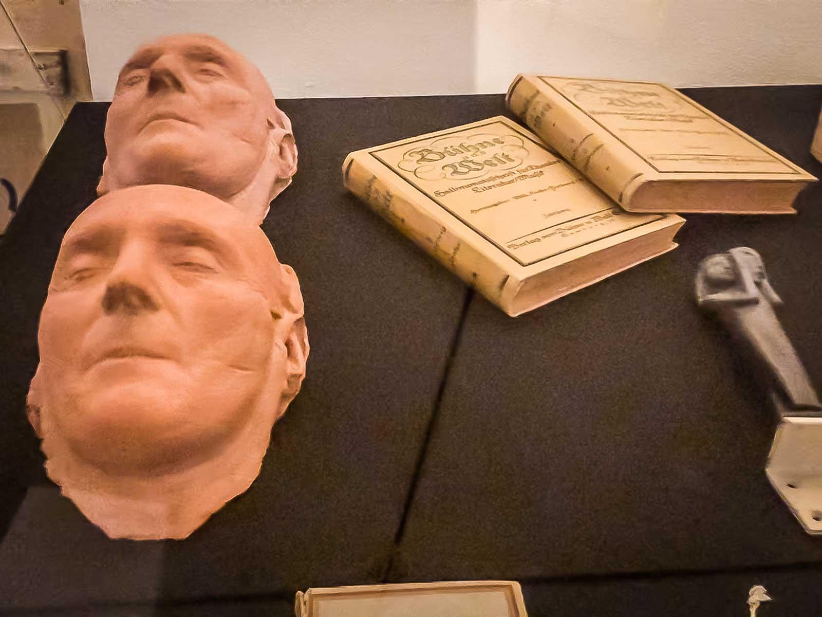 Totenmasken und Bücher
