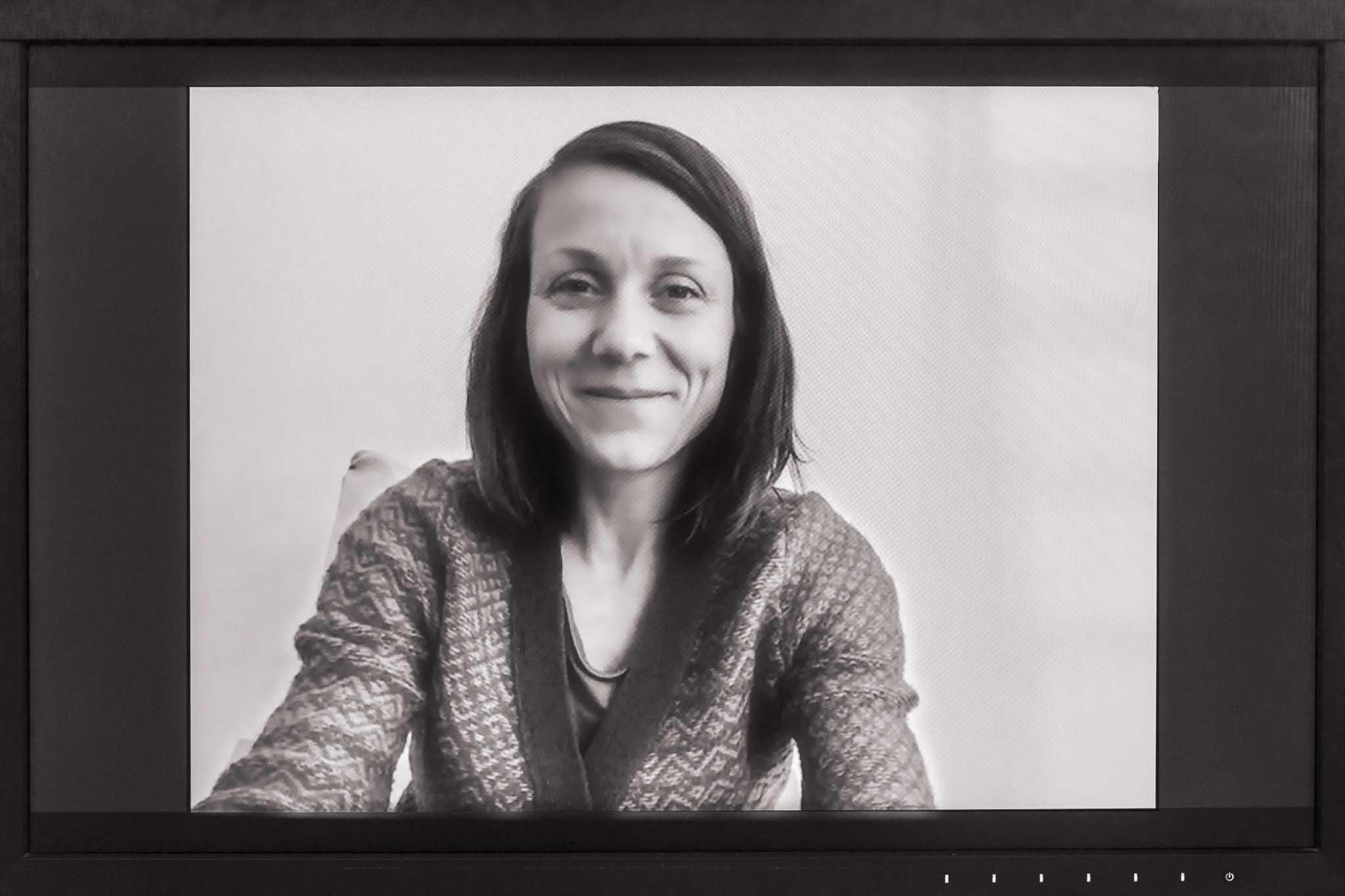 Porträt Verena Richter auf einem Monitor