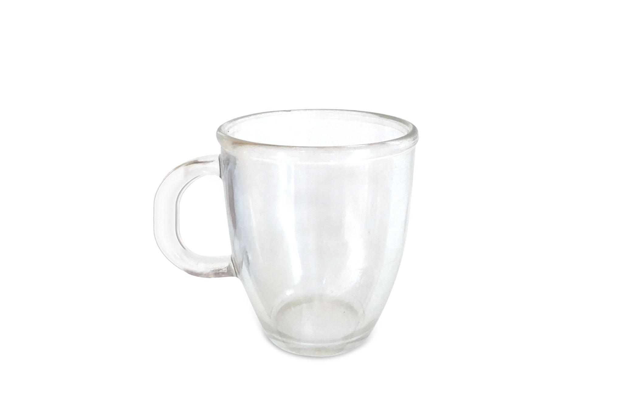 durchsichtiges leeres Teeglas