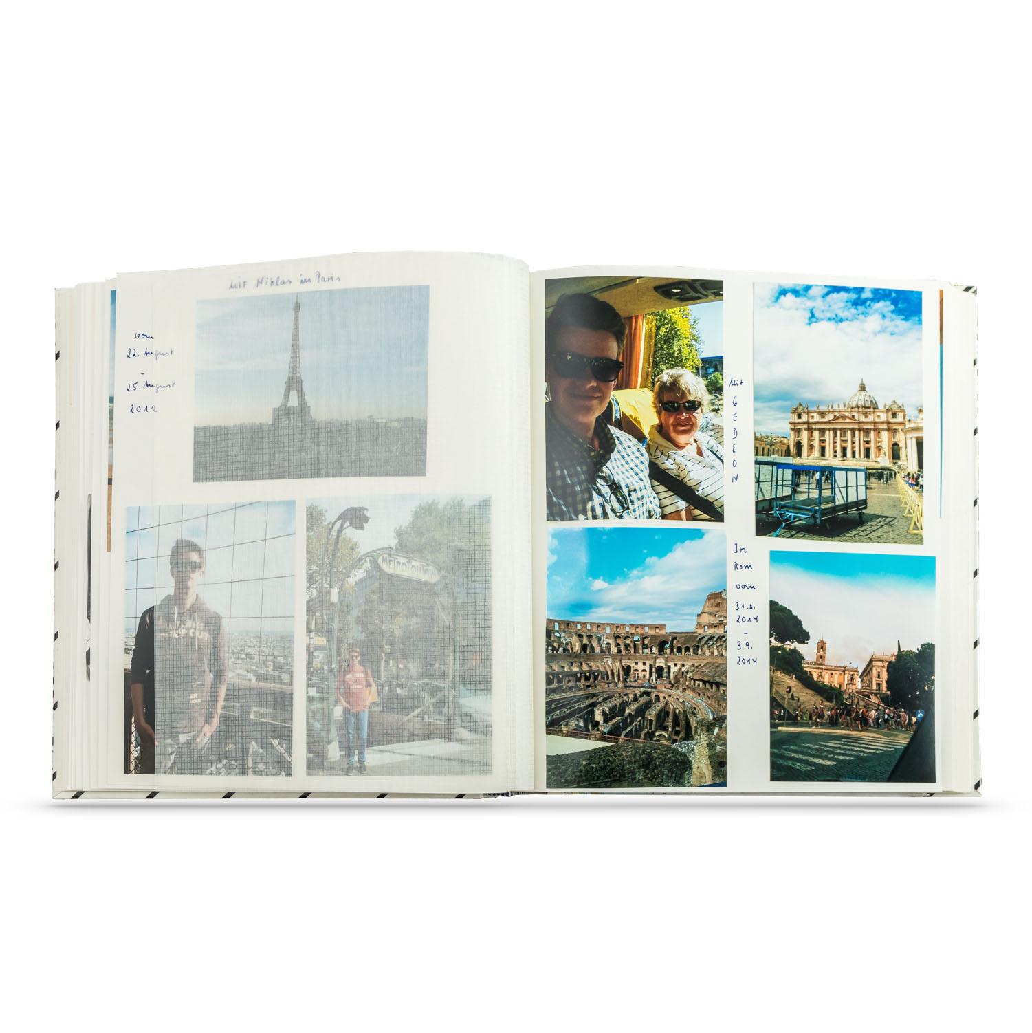 aufgeschlagenes Fotoalbum mitverschiedenen Farbfotografien