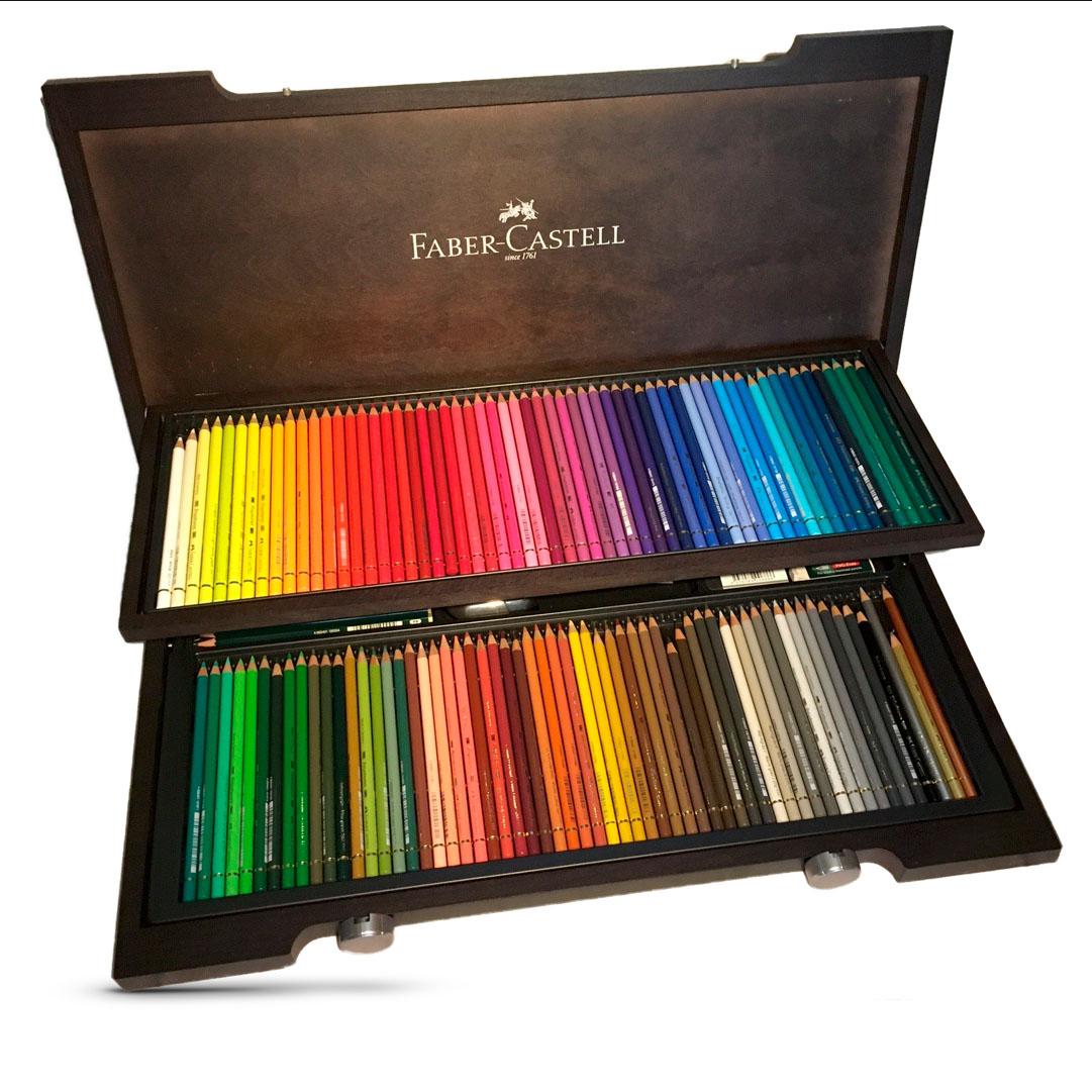 Holzkasten mit zwei Ebenenen voller Buntstifte in allen Farben