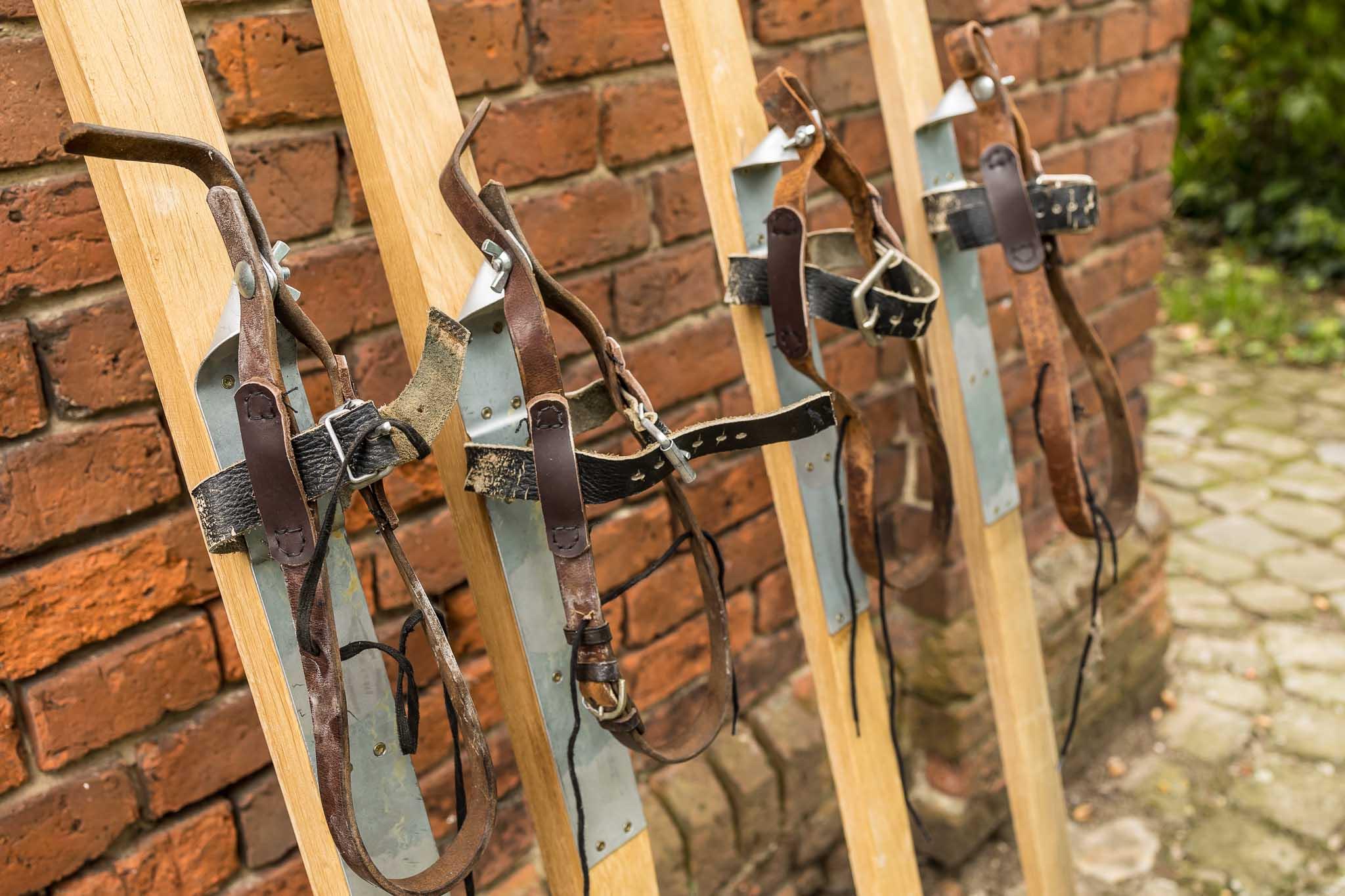 Einfache selbstgebaute Skibindungen aus Lederriemen